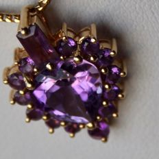 Gold 14kt. pendant with a good quality VVS natural Amethyst 9x9,3mm in heart form and briljant cut and baguette cut Ametysts . Beautiful state.