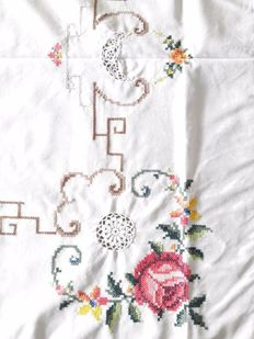 Beautiful, large hand-embroidered tablecloth (2.10 m x 1.65 m) made of linen with rose motif, cross stitch and crochet lace