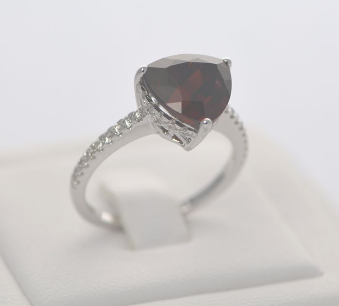 14 ct White Gold Red Garnet 4.6ct & Diamond 0.35ct Ring , Size M, 13, 53