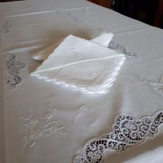 Elegant tablecloth in linen and Cantù lace - for 12 people - 1960s Italy