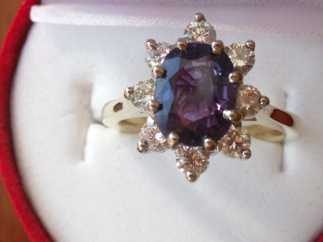 14 kt Gold ring with 1 purple sapphire and 8 diamonds