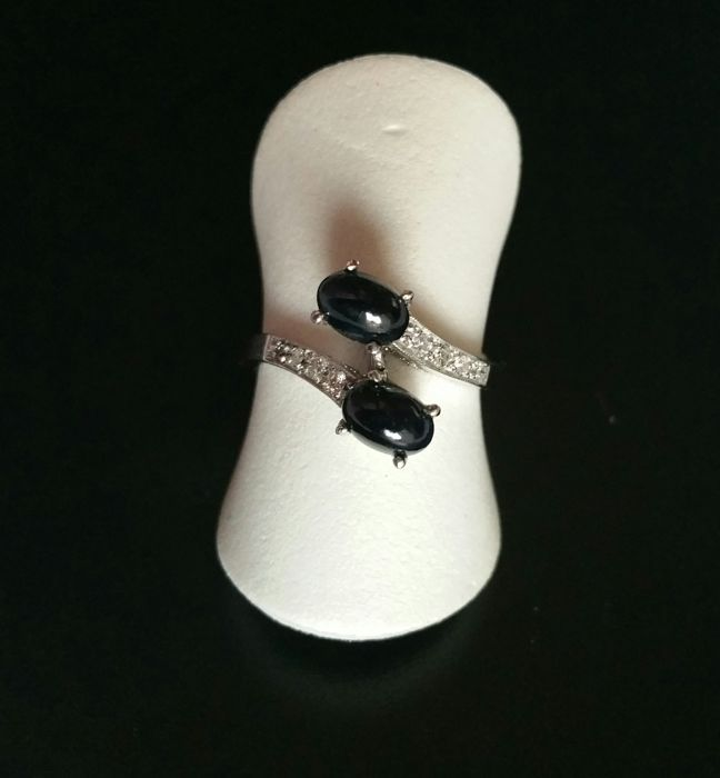 18 kt white gold ring with 2 cabochon cut sapphires of 1.20 ct and 8 diamonds of 0.20 ct - Brilliant cut, inner diameter: 16 mm - Ring weight: 2.50 g