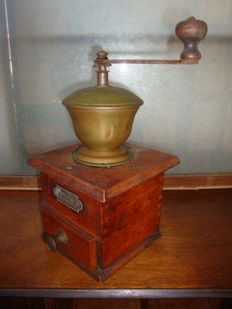 Victoria - Antique Wooden Manual Coffee Bean Hand Grinder - Italy - 1900