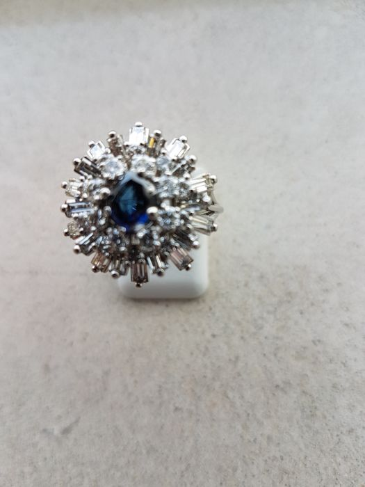18 kt white gold entourage ring with diamond and blue sapphire