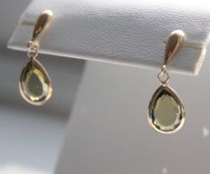 14 kt yellow gold earrings inlaid with peridot, size: 7 x 21 mm