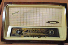 Tube radio with turntable
