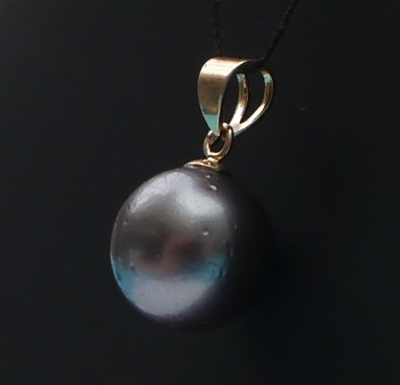 14 kt gold pendant with perfectly round Tahitian pearl (9.5 mm).