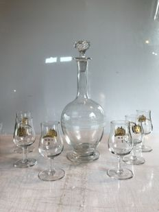 """Carafe in crystal, finely chiselled, and 6 wine glasses, signed """"Bénédictine"""""""