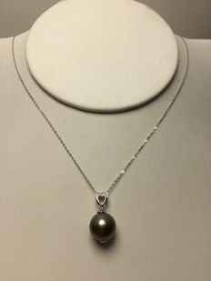 Tahitian black pearls, diamonds, seawater 18K gold necklace. Pearl diameter: 10.6 mm. Chain length: 45-42 cm * no reserve price *