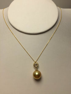 Nanyang sea gold pearl, Diamond, 18K gold necklace. Pearl diameter: 10.8 mm