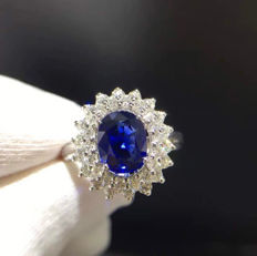 White gold ring, with 0.75 ct sapphire and diamonds totalling 1.20 ct (Colour: F - Clarity: VS).