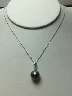 The South Sea, the Black Pearl 18K gold necklace. Pearl diameter: 10 mm