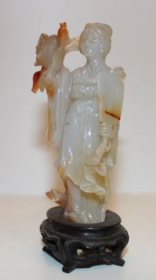 Guan-yin with agate lotus flower - Chine - Mid-20th century