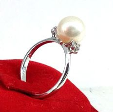 Ring in 18 kt white gold with 0.10 ct in diamonds and a pearl - Ring size: 16.7 mm, M/UK, 6.25/USA
