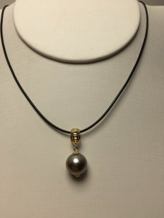 The South Sea, the Black Pearl 18K gold pendant. Pearl diameter: 10.4 mm. New, no wear.