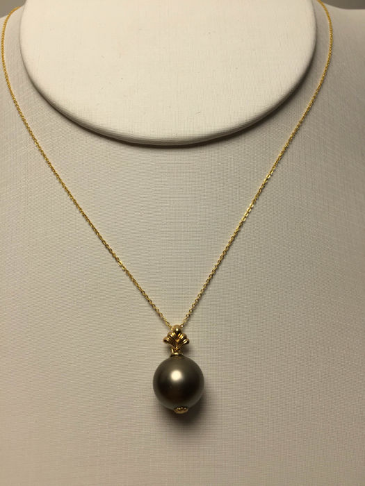 South Sea, the Black Pearl 18K gold necklace. Pearl diameter: 10.6 mm