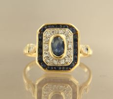 18 kt bi-colour gold ring, set with sapphire and 18 brilliant cut diamonds, approx. 0.20 carat in total, ring size: 18,5 (58).