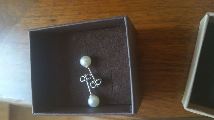 Gold earrings (18 kt) with Akoya cultured pearls, diameter 8 mm - Earring length approx. 18.50 mm - In perfect condition