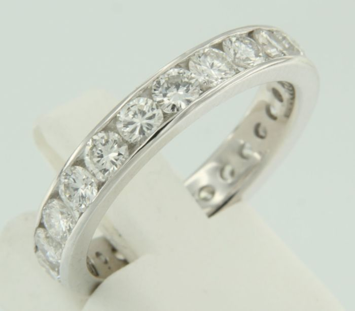 14 kt White gold full eternity ring in a rail setting, set with 23 brilliant cut diamonds, approx. 2.75 ct in total - ring size 18 (57)
