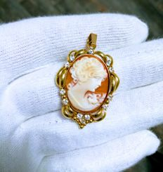 Pendant 18 kt gold with Cameo. No Reserve
