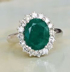 18 kt white-gold entourage ring with brilliant-cut diamonds of approx. 0.85 ct and emerald of approx. 2.00 ct - size: 17.25