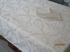 Table cloth of shiny damask - white with beige incorporated motifs + 8 napkins.
