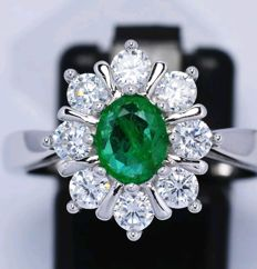 Ring in rhodinated 925 silver, Italy, with 2 ct diamonds and a natural emerald ***No Reserve Price***