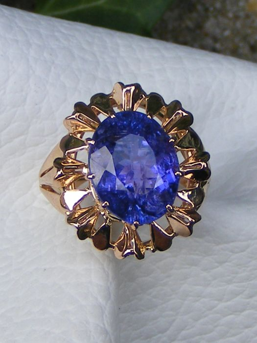 Ring in 18 kt gold with large Tanzanite of 5.42 ct - Size 54 - Laboratory certificate - No reserve price.