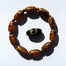 "Prayer bracelet and bead in ""11 Dzis"" agate – ""○ □"" Heaven and Earth – Tibet – End of the 20th"