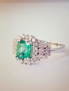 Women's ring in white gold with emerald stone and brilliant cut diamonds, size: 16/55 mm