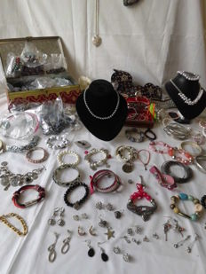 Treasure chest full of jewellery, 250 items, watches, necklaces, bracelets, earrings, rings, brooches