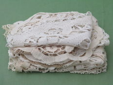 Lot of 2 oval table doilies and 14 dollies of bobbin lace.