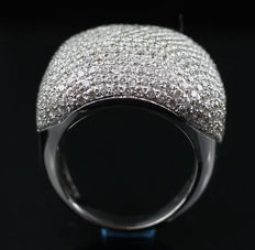 A Beautiful New Ladies Ring with Brilliant cut Diamonds total 5.30 ct