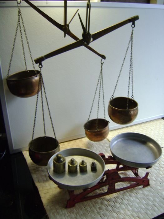 4 (hang) scales with brass containers and weights.