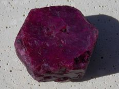 Natural red ruby crystal - 31 x 28 x 18 mm - 46,00 g - 230,00 ct
