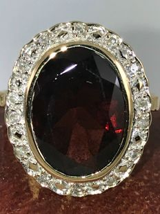 3,00ct garnet with diamonds in 18k gold ring size 53