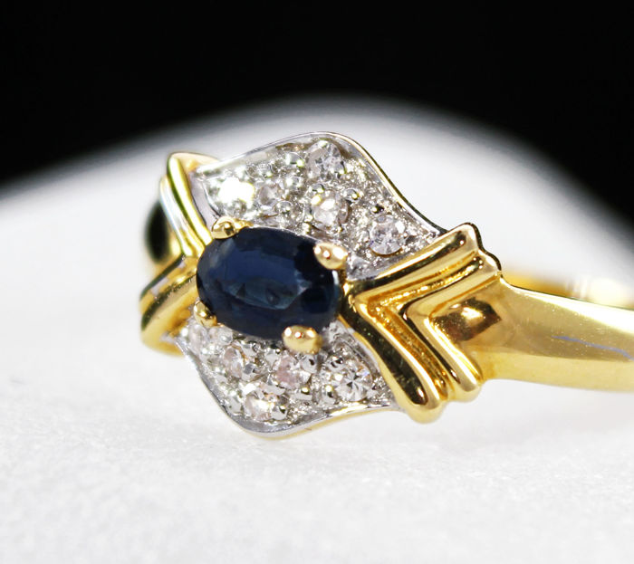 Yellow & white Gold ring (18 kt) with blue sapphires & diamonds.