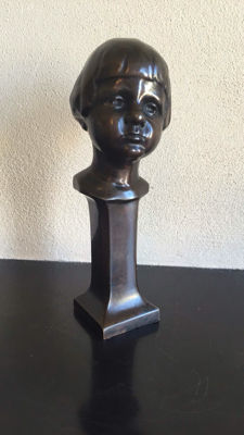 Een girl's head on a pedestal - signed H. Blundell - dated 1922