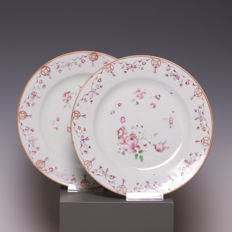 Beautiful pair of famille rose porcelain plates, flower decoration - China - 18th century