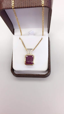 18k yellow gold with 13.33 ruby and diamond chain