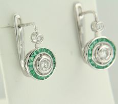14 kt white gold dangle earrings in Art Deco style set with emerald and brilliant cut diamonds, approximately 1.15 carat in total