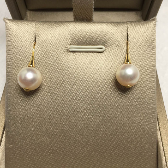Japanese Akoya sea pearl, 18K gold earrings. Pearl diameter: 8.9 mm. * no reserve price *