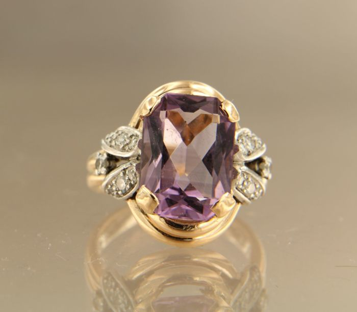 18 kt bi-colour gold ring set with 5.80 ct emerald cut amethyst and two old Amsterdam cut and 12 single cut diamonds of approx. 0.37 ct in total, ring size 17.5 (55)