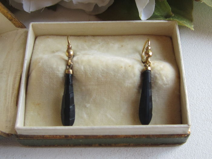 'Sleeper' earrings in ORIA gold and jet from the Napoleon III era