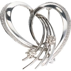 14 kt White gold intertwined brooch set with 2 octagon cut diamonds of approx. 0.02 ct in total