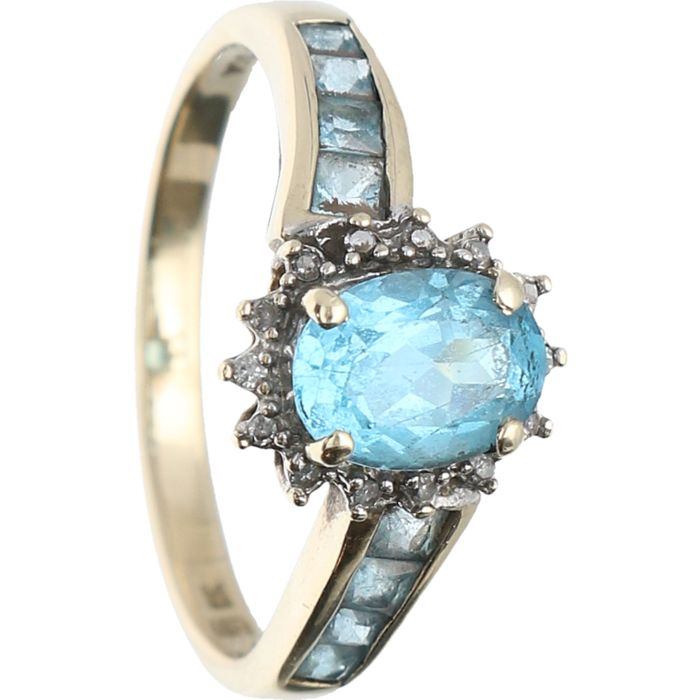 8 kt BWG - Yellow gold ring set with blue topaz and 14 brilliant cut diamonds of approx. 0.14 ct in total - Ring size: 18.5 mm