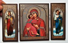 Icon - triptych in the middle of the icon of the Vladimir Icon of the Mother of God 35/5000 po bokam Arkhangely Mikhail i Gavriil On the sides Archangels Michael and Gabriel