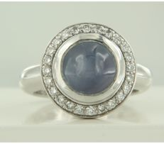 18k white gold ring set with a sapphire and 24 brilliant cut diamonds of approx. 0.48 carat in total