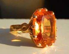 Ring in 18 kt gold with honey-coloured citrine.