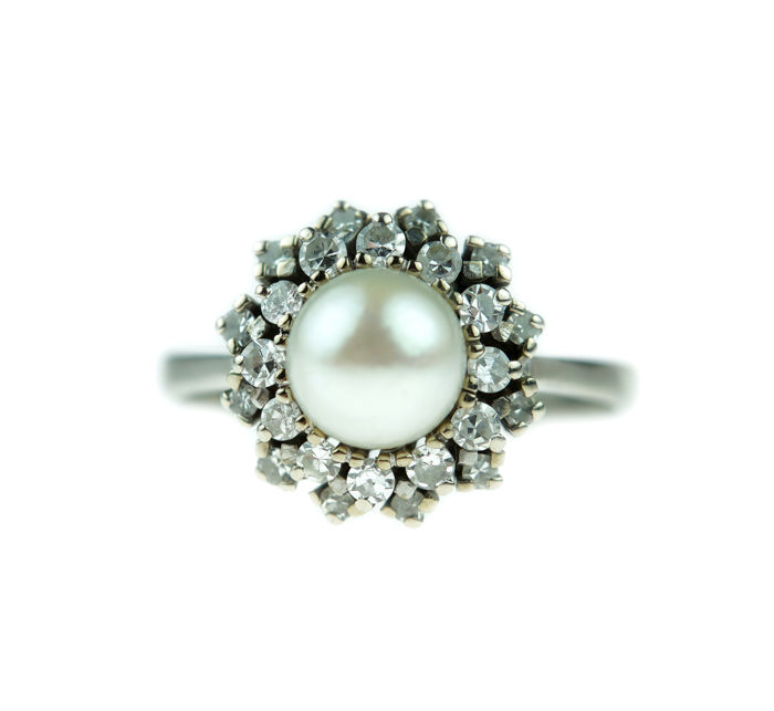 14 kt gold ladies' rosette ring, set with an Akoya pearl and diamonds of 0.48 ct - ring size: 19.25